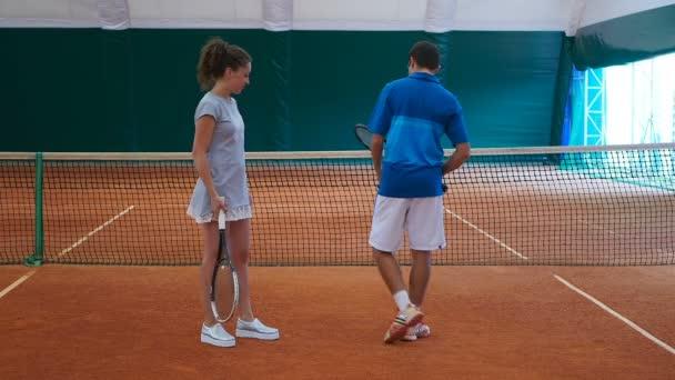 Muž a žena velké s tenisem