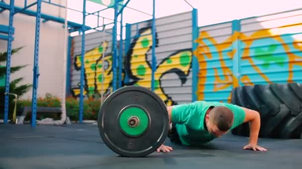 man doen crossfit oefeningen — stockvideo © photo_oles #168726586