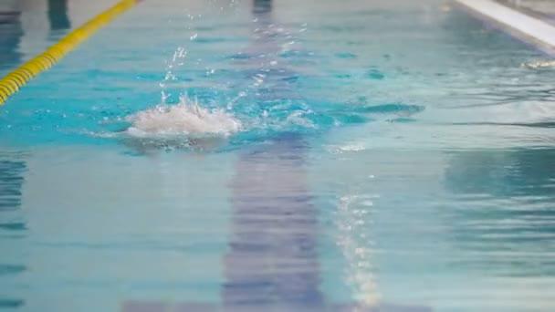 Žena v plavání oblek a brýle
