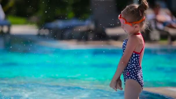 chlapec a dívka ve venkovním bazénu