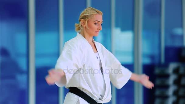 Frau in weitere üben karate