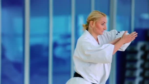 Blondine übt Karate