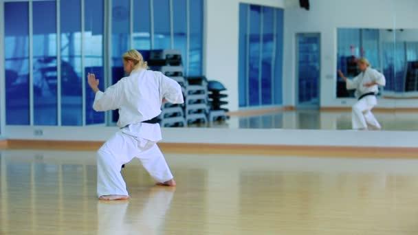 Junge Frau üben karate