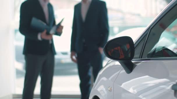 podnikatelé v obleku u auta