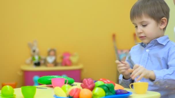 malý chlapec si hraje s hračkami