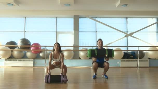 Žena a muž, trénink v tělocvičně