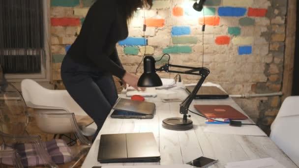 Giovani iniziano a lavorare in ufficio con computer portatili
