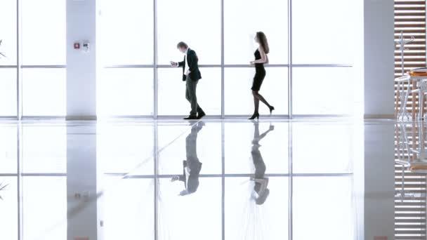 podnikatel a žena v moderní kanceláři