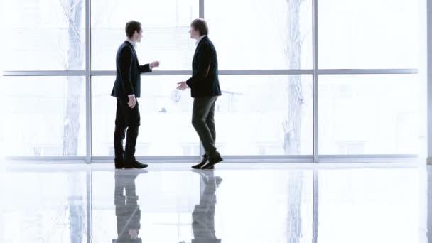 podnikatelé v moderní kanceláři se systémem windows