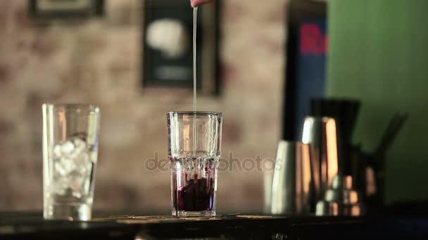 due vetri e barista fare cocktail