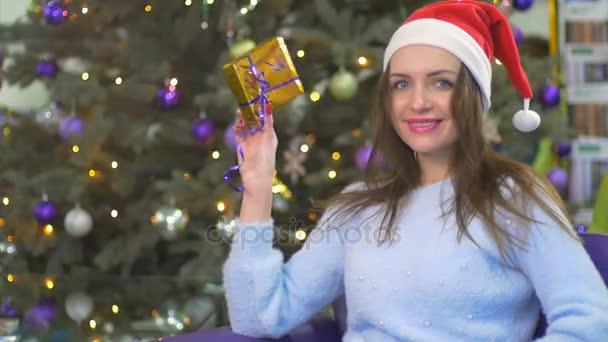 Dívka drží dárek