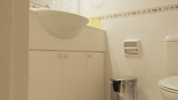 Stylová bílá koupelna