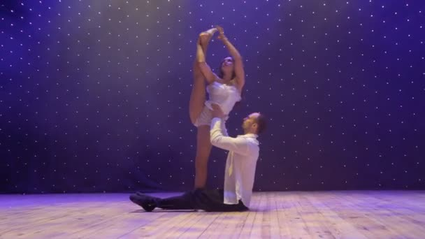 Gyönyörű akrobaták fellép elegancia trükkök a színházban