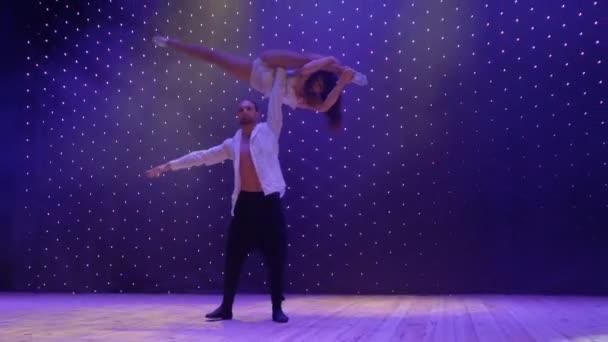 Акробаты выполняет трюки во время молодая пара петь песни, сцена.