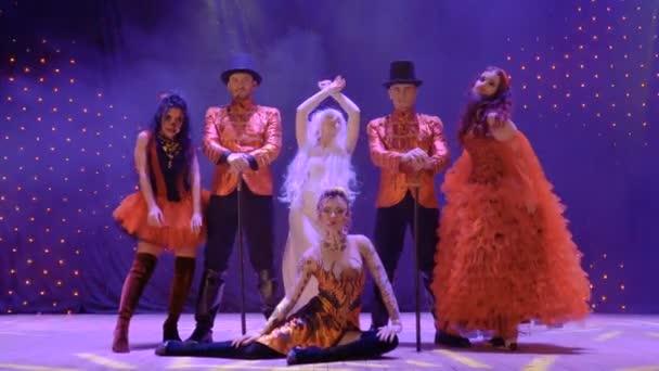 Gruppo di freaks sul palco