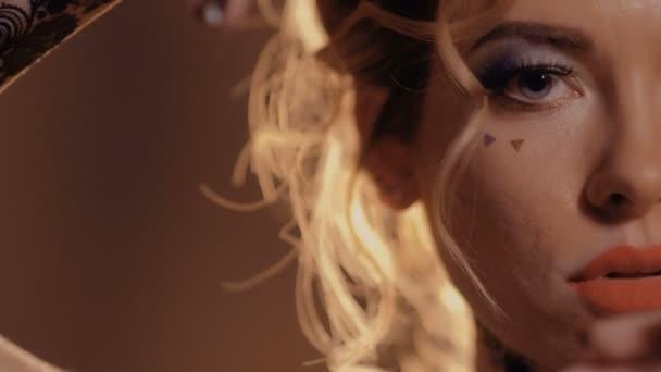 Schöne sinnliche Blondine berührt ihr Gesicht