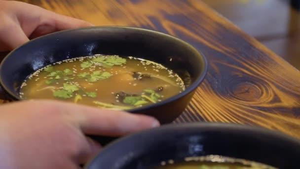 Prezentace miso polévky v korejské restauraci