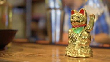 Zlaté štěstí maneki neko na barový pult v korejské restauraci