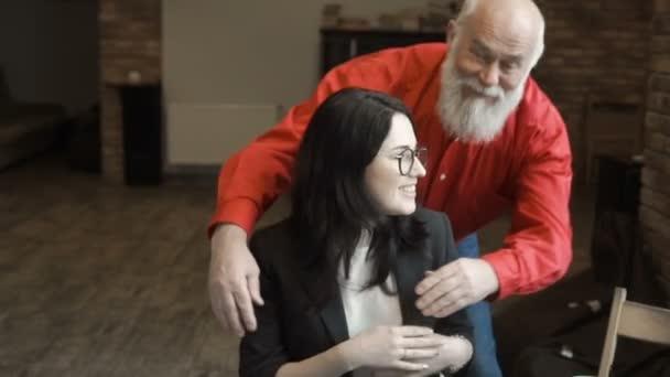 Dědeček objetí vnučky