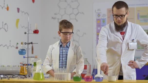 Assistente di laboratorio mettere ghiaccio secco in un liquidi variopinti