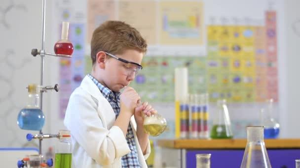 Esperimento di laboratorio rende carino piccolo scienziato con liquido