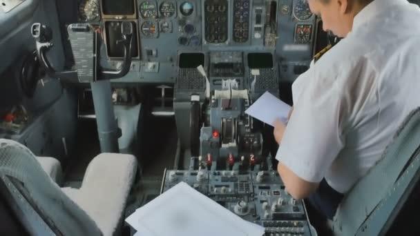 Flugkapitän bereitet sich auf Flug vor und füllt Dokumente aus