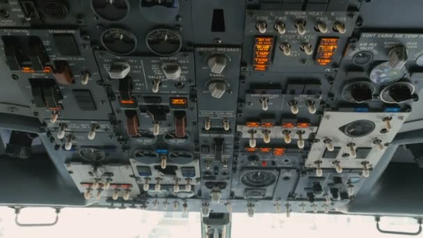 Pilot drückt Tasten an Flugzeugwand