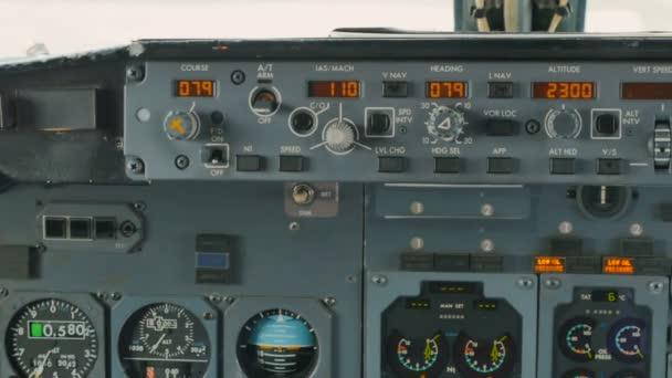 Steuerpult des Flugzeugs