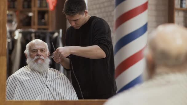 L Homme Age Coiffeur Emotionnelle Visite Dans Un Salon De Coiffure