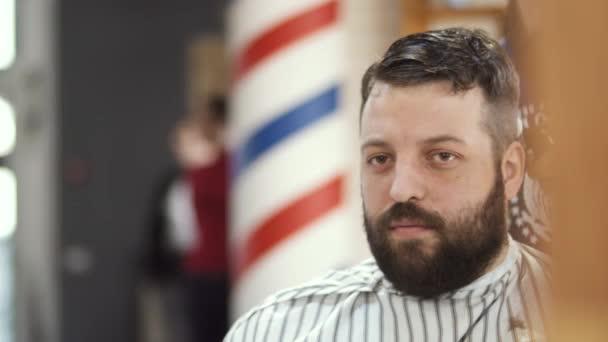 Stylist teszi gyöngyös srác frizura