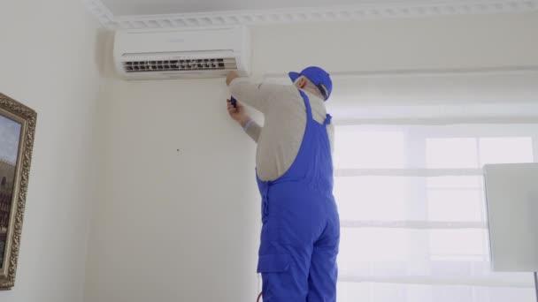 Professionelle Reifen Meisters installiert die Klimaanlage im Zimmer