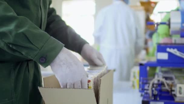 Muž balení produktů do lepenkové krabice