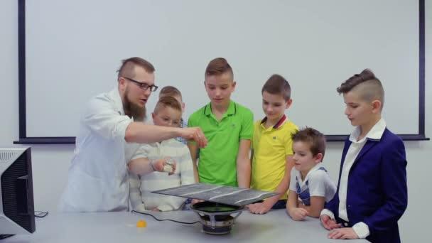 Kinder und Labor-Assistent macht experimentieren mit Chladni Platte ...