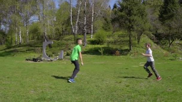 Chlapci hraje catch-up v letním parku