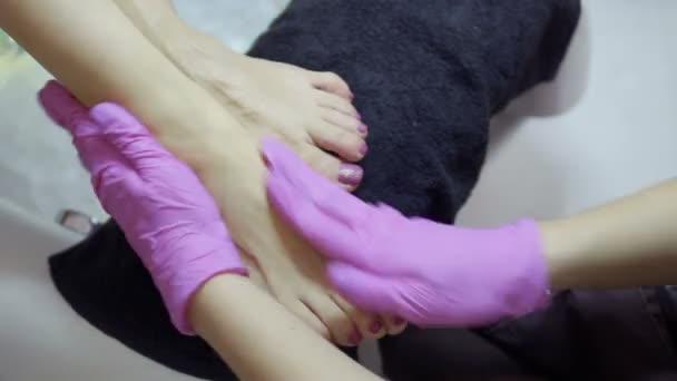 Master masírování dušené kůže nohou během postupu pedikúra