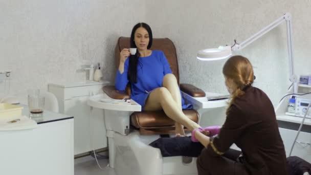 Девушка ногами делает массаж город сызрань эротический массаж