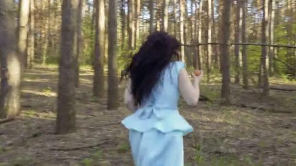 Szép nő, a kék ruha fut az erdőben, Hófehérke-mese