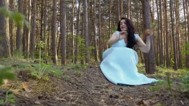 A kék ruhát, az erdő gyönyörű nő