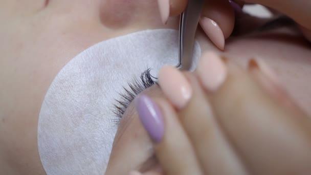 Kosmetikerin macht Wimpernverlängerung