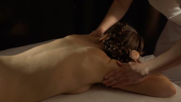 Masér masáže Zenske zpět a tře oleje v kůži
