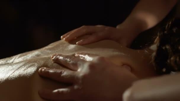 Masseur Massagen Rückseite junge Frau mit Olivenöl