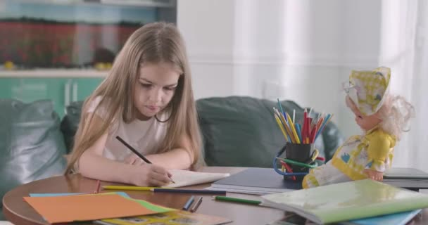 Portrét zaostřené bělošky s vyplazeným jazykem. Školačka odpočívá doma nebo dělá domácí úkoly. Koníček, vzdělání, studium konceptu. Cinema 4k Prores Hq.