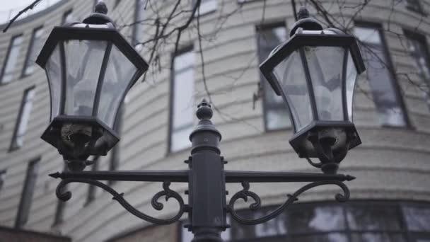 Nahaufnahme der Straßenlaterne an einem grauen Herbsttag. Oldtimer-Beleuchtungsanlagen auf der Stadtstraße im Freien. Schönheit, urbane Allee, keine Menschen.