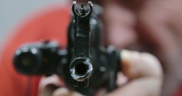 Szélsőséges közelkép lézerlátású vadászpuskáról. Homályos kaukázusi vadász puskát tart és céloz. Életstílus, extrém szabadidő, lőfegyver. Cinema 4k ProRes főhadiszállás.