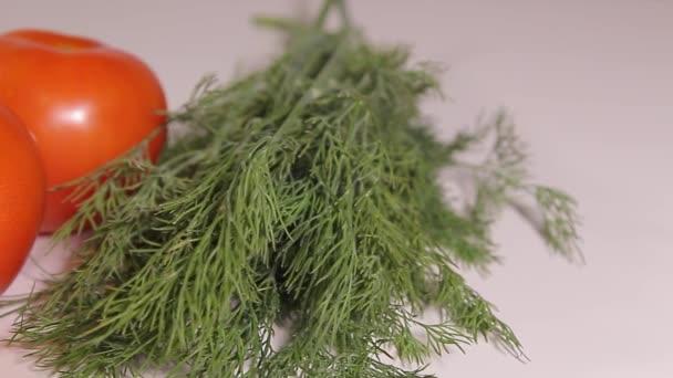 zralá rajčata a koprem