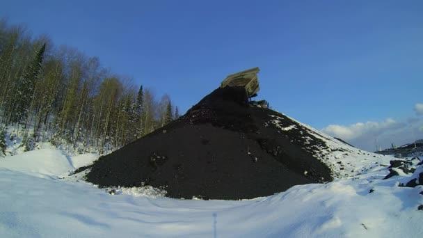 Dumper uvolní uhlí