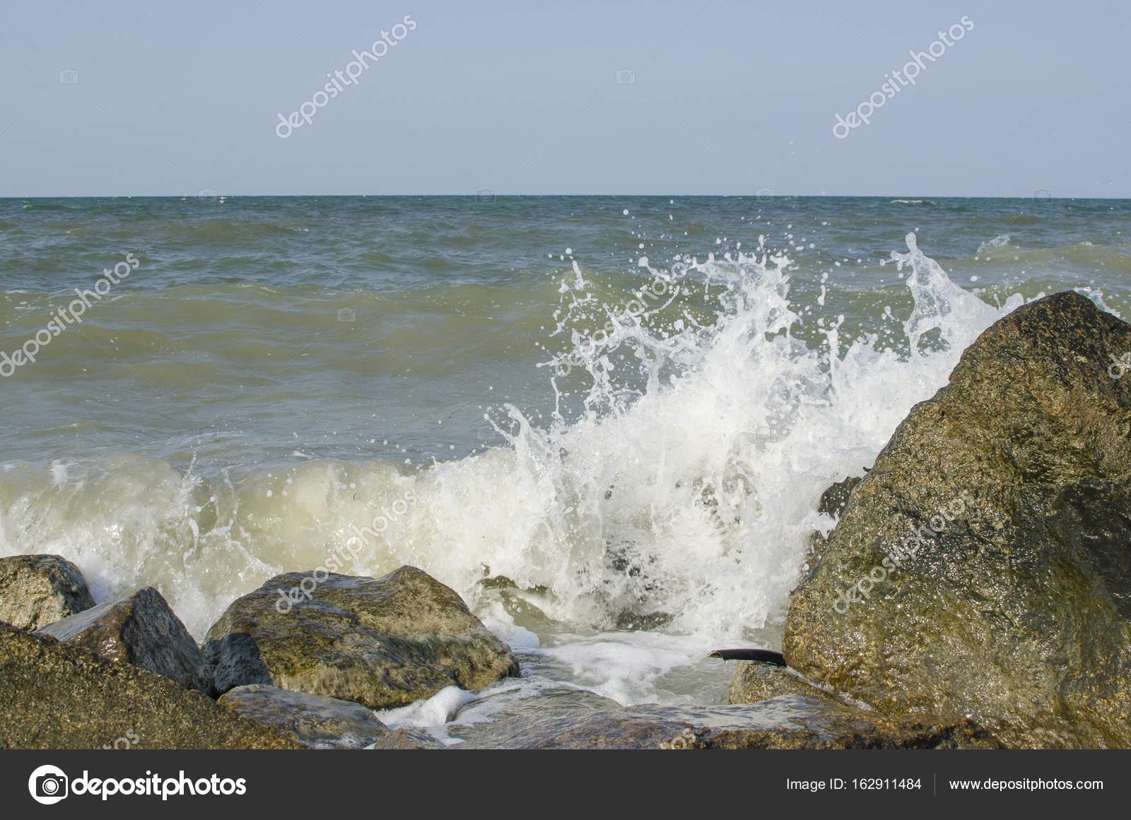 La Mer Avec Gros Rochers Sur La Rive Photographie