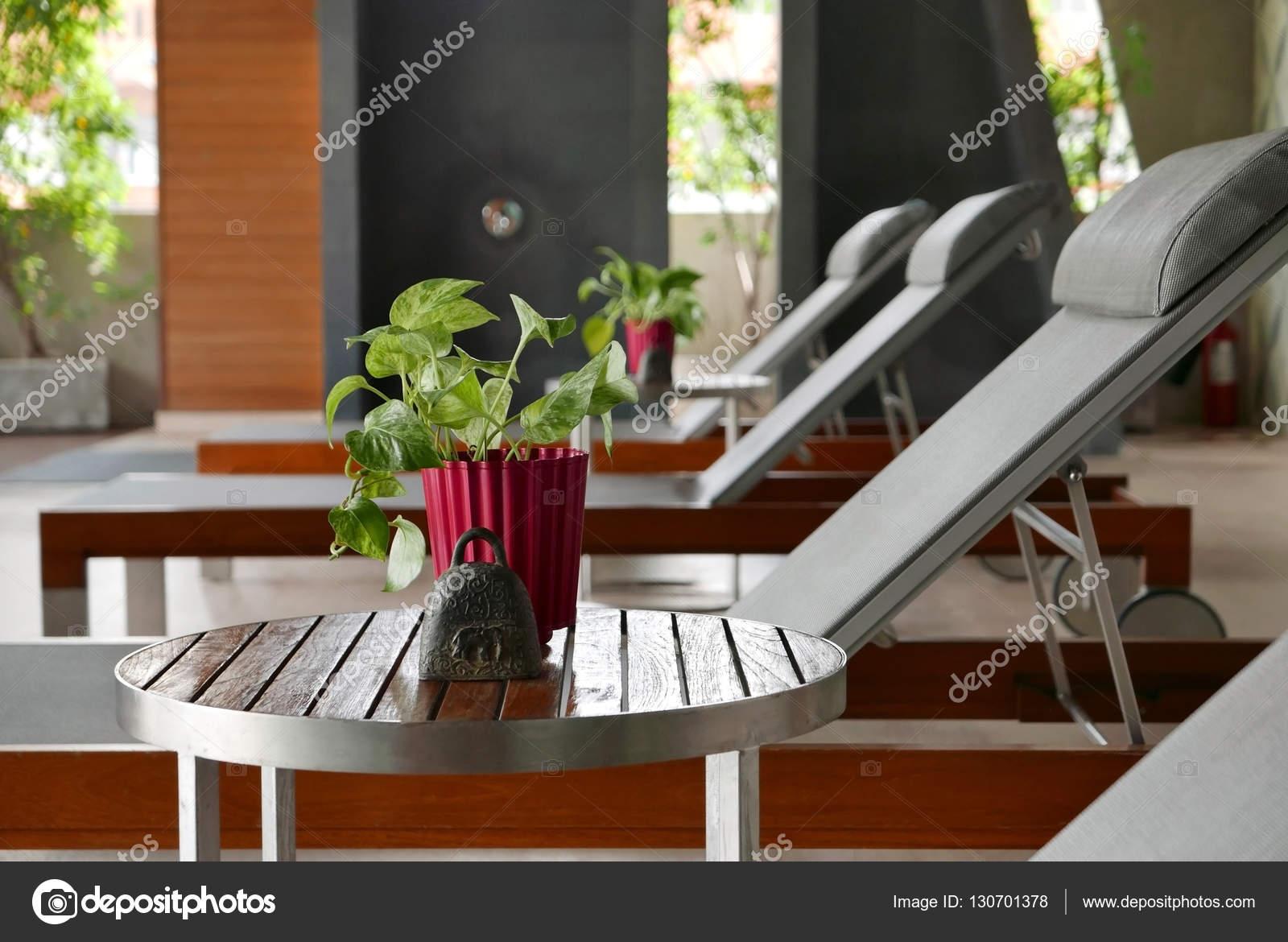 Incroyable Suntan Chair, Small Table, Decoration Near Swimming Pool U2014 Stock Photo