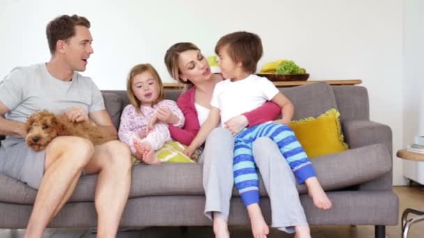 Familie genießen Sofa kuscheln