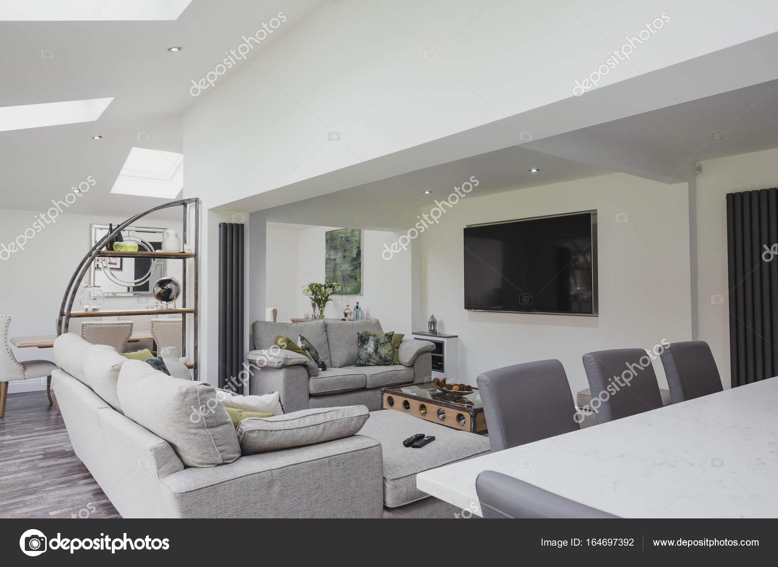 Schöne moderne Wohnzimmer — Stockfoto © DGLimages #164697392